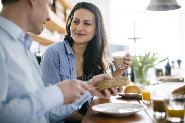 Пара, Завтракая за столом, фокус на фоне — стоковое фото