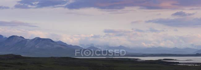 Paysage avec Snaefellsjoekull volcan au crépuscule, Islande — Photo de stock
