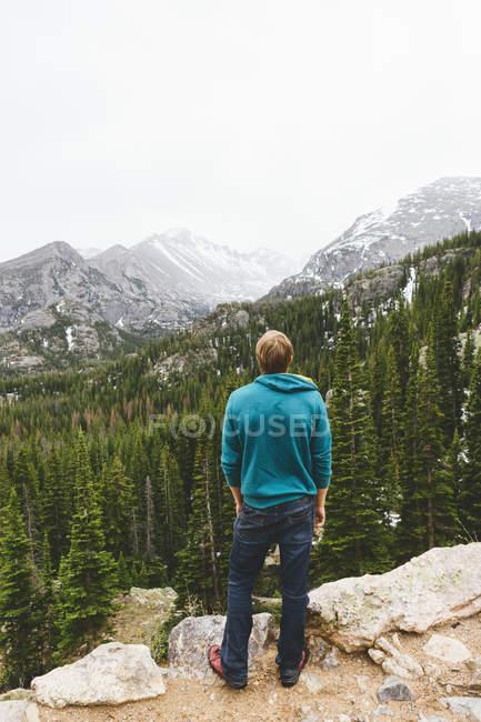 Hombre mirando las montañas en el Parque Nacional Rocky Mountain - foto de stock