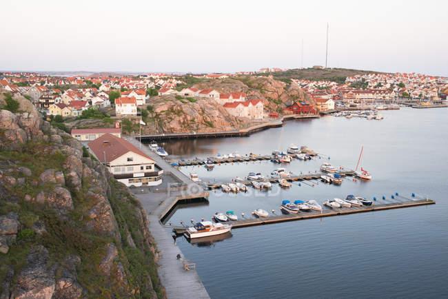 Vista aérea do porto de Kungshamn com barcos e edifícios — Fotografia de Stock