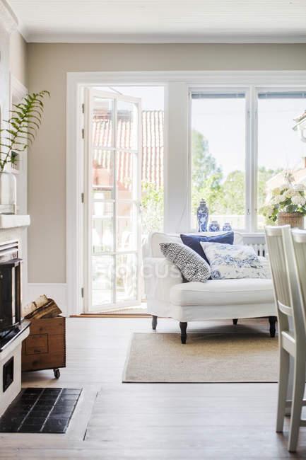 Sala de estar com lareira, tapete e sofá — Fotografia de Stock