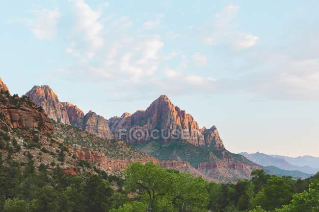 Formações rochosas no Parque Nacional de Zion sob o céu azul — Fotografia de Stock