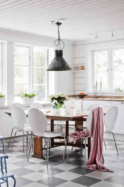 Cozinha doméstica com mesa branca e cadeiras — Fotografia de Stock