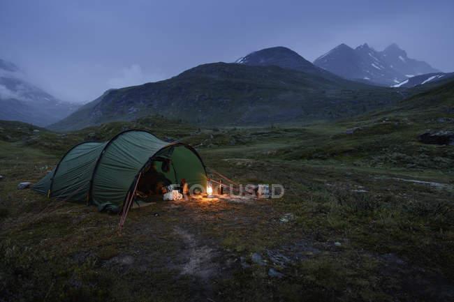 Malerische Aussicht auf grünes Zelt von Jotunheimen Spektrum in der Abenddämmerung — Stockfoto