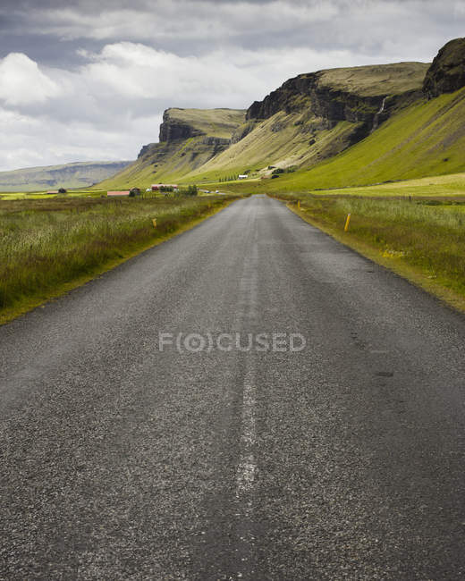 Vista lungo la strada che conduce attraverso la valle della montagna — Foto stock