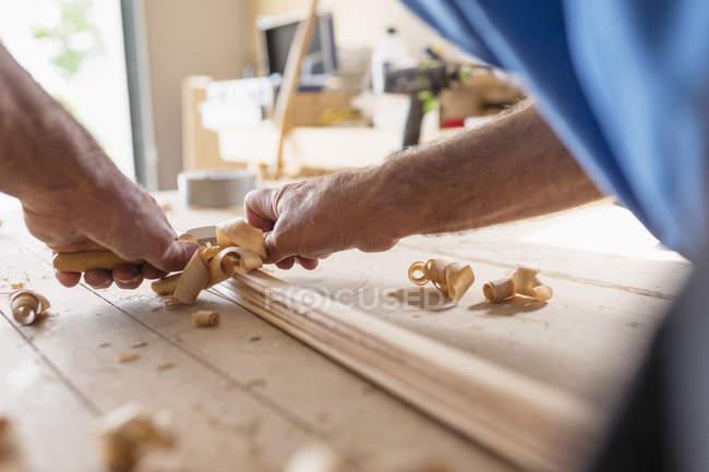 Homem de madeira na oficina, foco diferencial de planejamento — Fotografia de Stock