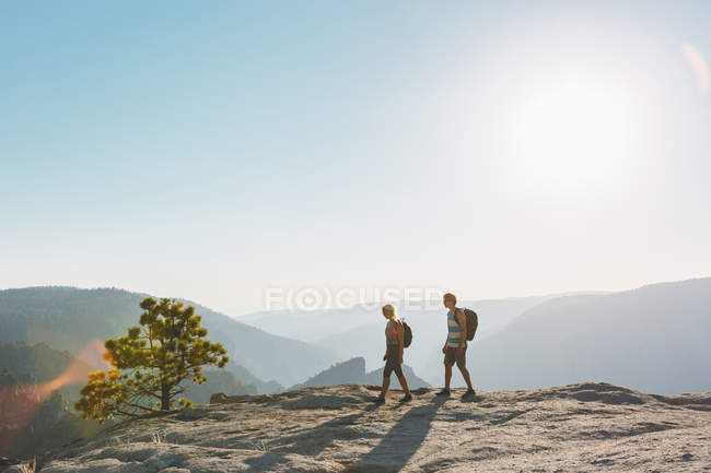 Vista laterale dell'uomo e della donna che cammina a Taft Point — Foto stock