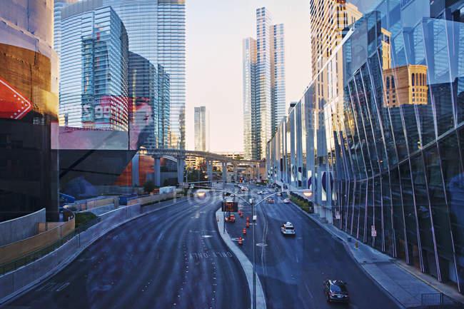Современная архитектура и транспорт в Лас Вегасе — стоковое фото
