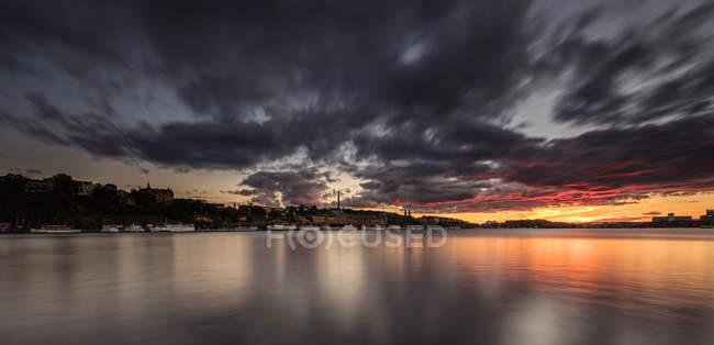 Dunkle Wolken über den Hafen von Stockholm in der Morgendämmerung — Stockfoto