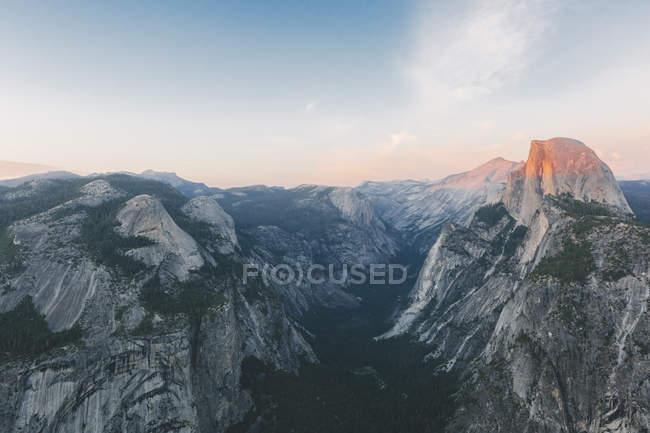 Vista da pedra do Half Dome e cordilheira na luz do sol — Fotografia de Stock