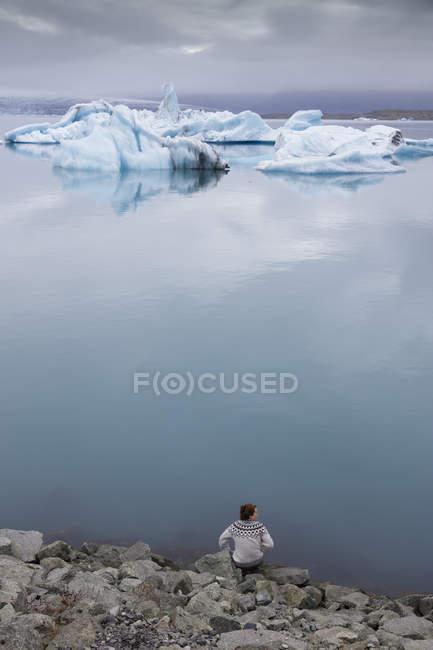 Randonneur sur le rivage de Jokulsarlon lac en Islande — Photo de stock