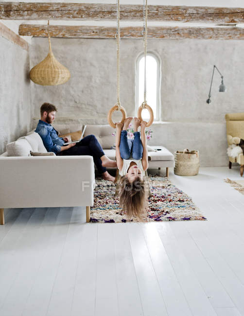 Father and daughter in living room — Stock Photo