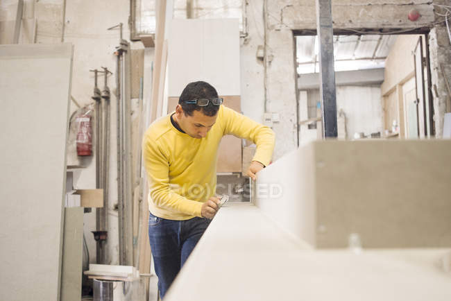 Vista frontale del maschio carpentiere che lavora in officina — Foto stock