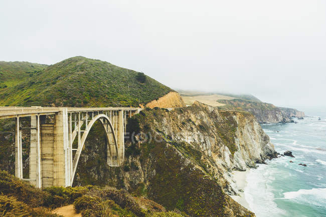 Erhöhte Ansicht der Brücke an der felsigen Küste bei Big sur — Stockfoto