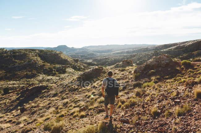 Homem, caminhadas nas montanhas do Parque Nacional em arcos — Fotografia de Stock