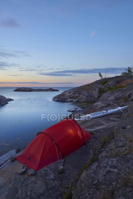 Tenda e kayak nell'arcipelago di Sankt Anna — Foto stock