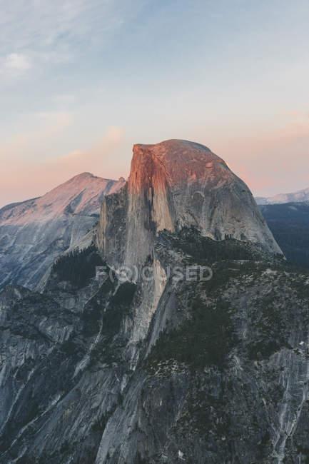 Meia cúpula ao pôr do sol no Parque Nacional de Yosemite — Fotografia de Stock