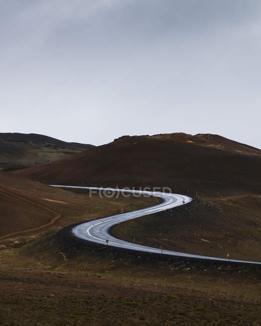 Vista della strada tortuosa che conduce attraverso la valle della montagna — Foto stock