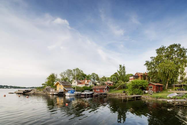 Piccoli edifici a riva, Vaxholm, Arcipelago di Stoccolma — Foto stock