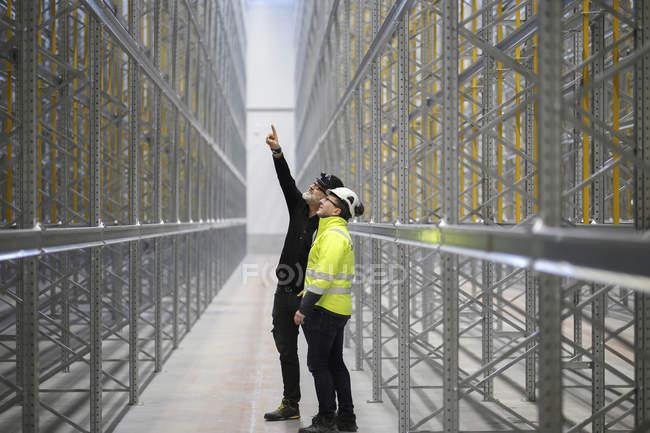 Reife Männer in Schutzkleidung auf Baustelle — Stockfoto