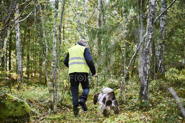 Volunteer mit Hund helfen Notfalldienste suchen vermissten — Stockfoto