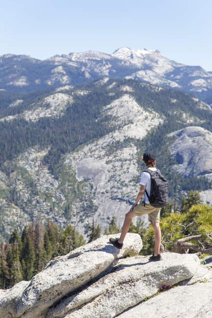 Chico mirando a ver con cúpula de Centinela y las Cataratas de Yosemite - foto de stock