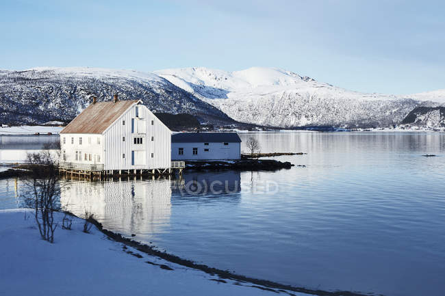 White house by lake in winter, Norway — Stock Photo