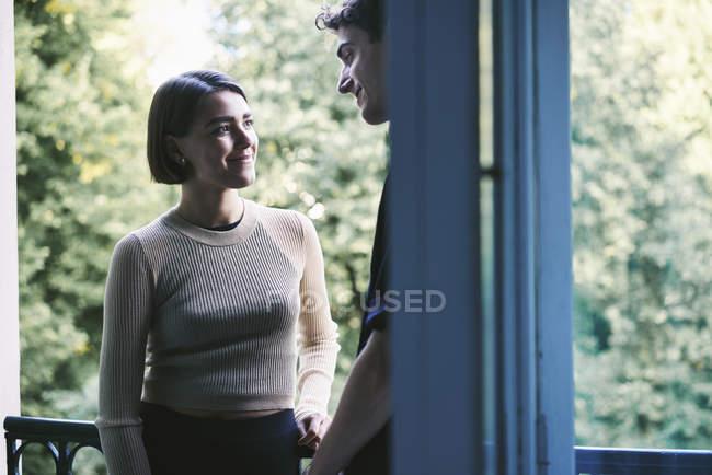 Молоді пара стоячи на балконі, вибіркове фокус — стокове фото