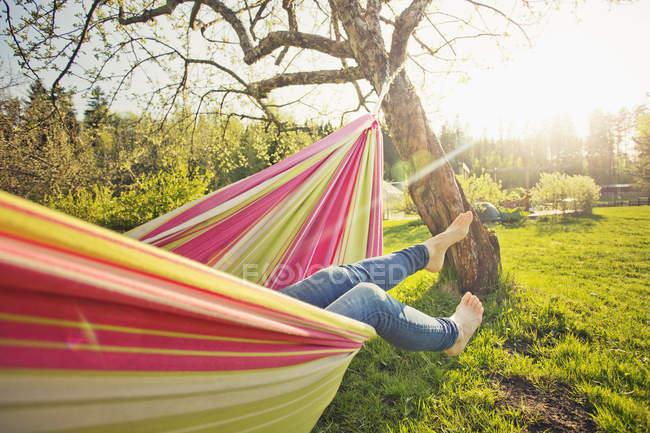 Section basse de la femme couchée sur l'hamac — Photo de stock