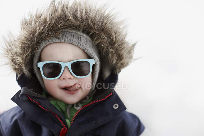 Ritratto di ragazzo che attacca linguetta fuori, fuoco selettivo — Foto stock