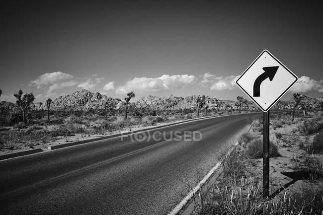Panneau de signalisation de route vide dans le Parc National de Joshua Tree — Photo de stock