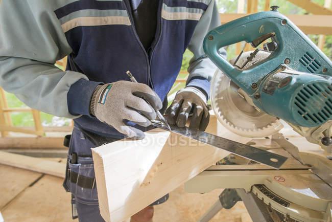 Mi homme adulte marquage planche de bois avant de le couper — Photo de stock