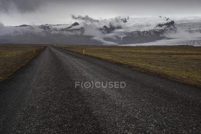View along road leading through mountain valley — Stock Photo