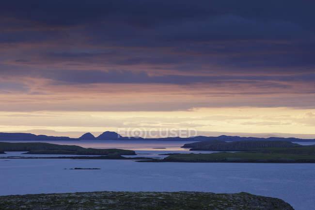 Paesaggio con il vulcano Saefellsjoekull al crepuscolo, Islanda — Foto stock