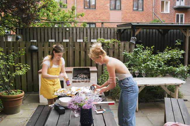 Young women preparing food, selective focus — Photo de stock