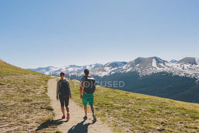 Zwei Personen beim Wandern im Rocky Mountain Nationalpark — Stockfoto