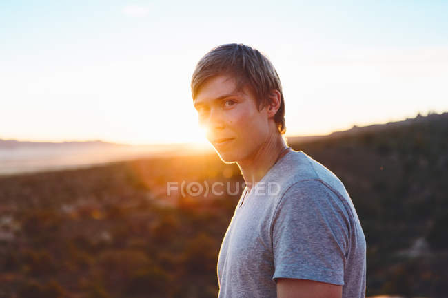 Man standing against sunrise in Arches National Park — Stock Photo