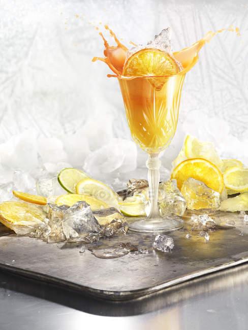 Fetta di arancia spruzzata in cocktail su vassoio d'argento — Mozione,  natura morta - Stock Photo   #188154798