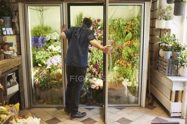 Флорист открытия двери в цветочный магазин — стоковое фото