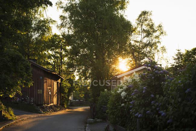 Невеликий дороги між будинками у sunlight підсвічуванням — стокове фото