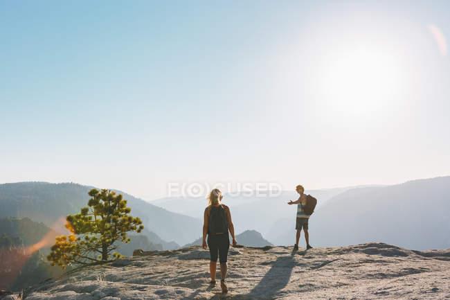 Mann und Frau betrachten an Taft Point — Stockfoto