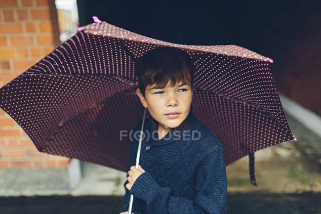 Porträt eines Jungen mit Regenschirm, selektiver Fokus — Stockfoto