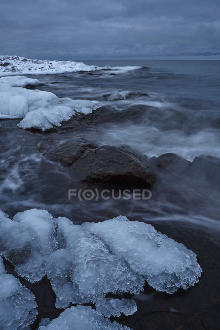 Живописный вид льда на берегу моря — стоковое фото