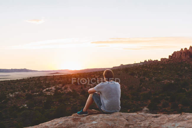 Man looking at view in Arches National Park — Stock Photo