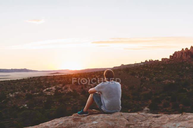 Uomo che guarda in vista nel Parco Nazionale degli Archi — Foto stock