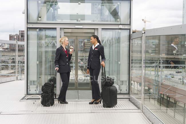 Стюардеси стоячи з валізи в Осло, Норвегія — стокове фото