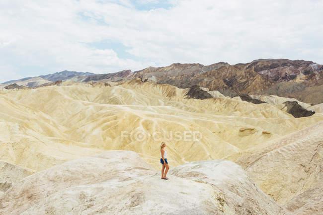 Femme regardant la vue dans le parc national de la Vallée de la Mort — Photo de stock