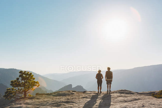 Donna e uomo a Taft Point, vista posteriore — Foto stock