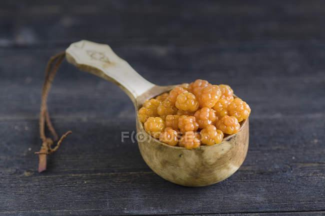 Свежий морошку в деревянной ложкой на столе — стоковое фото