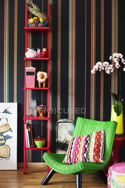 Вид на красочное кресло в гостиной — стоковое фото